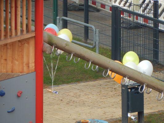 Luftballons am Spielgerät auf dem Kinderspielplatz
