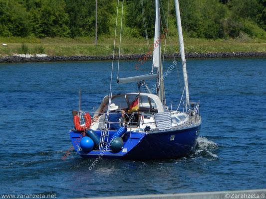 Skipper mit Segelboot auf dem Nord-Ostsee-Kanal