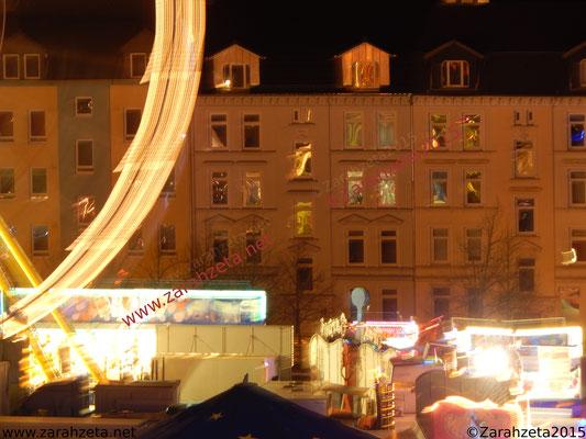 Jahrmarkt in der Stadt bei Nacht