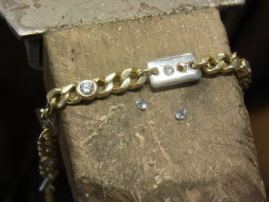 Die Kundin wünschte sich silberne Zwischenteile um das etwas altbackene Armband aufzupeppen.
