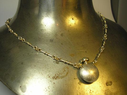 Von klassischen Ideen inspiriert: Parfume-Flakon aus Silber, Gold und einem Aquamarin als Deckel