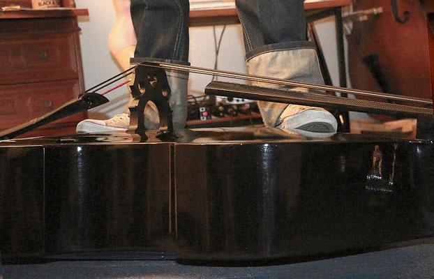 80 Kg stehen auf dem flach auf dem Boden liegenden Duke Composite Bass.