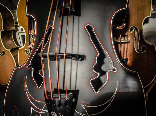 Duke Composite (Fiberglas Bass) mit Revolver F-Löchern und Pinstripes