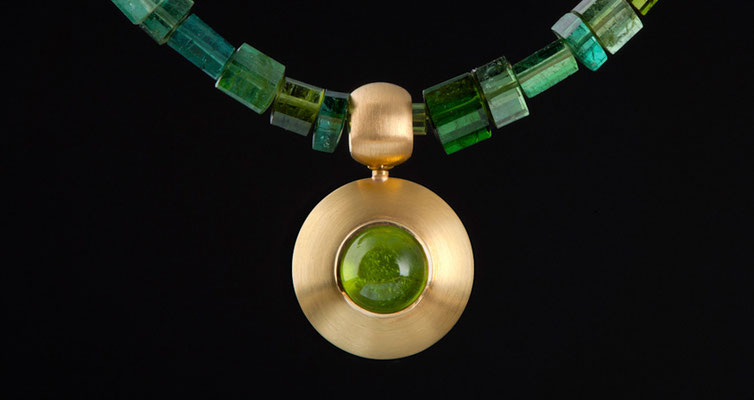 Gabriele Gote - Turamlinkristallkette, abnehmbarer Anhänger  750 Gold und Peridot                          Foto: Robert Wilken