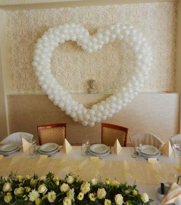 dekoracja z balonów serce białe