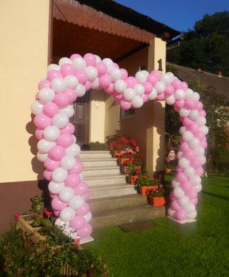 brama z balonów w ksztalcie serca