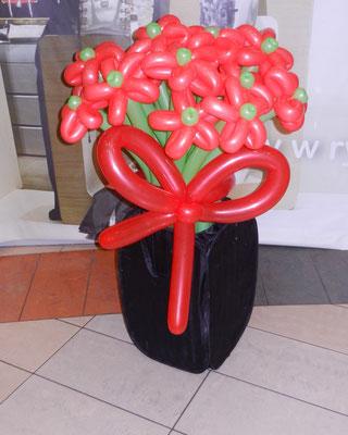bukiet czerwonych kwiatków z balonów