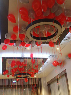 balony pod sufitem na sali