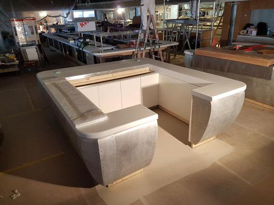 Die restlichen Kassen bestehend aus einer Holzunterkonstruktion mit Nietenblech beplankt...