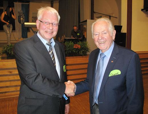 Begrüßung des ersten Schulleiters der RSH, Werner Saure (1968-1991), durch den jetzigen Schulleiter Dr. Ulrich Kleine