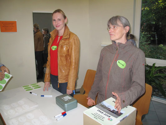 Karina Schnetger und Birgit Denecke, zuständig für Namensschilder und den Chronikverkauf