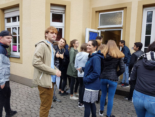 Nils Bertmann, Tanja Früchtl und RSH-Schüler vor dem Wahllokal