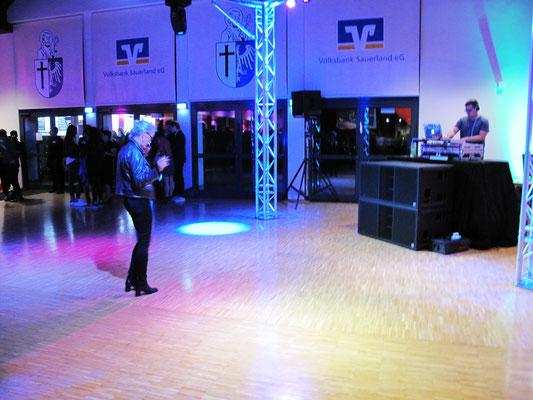 Noch ist die Tanzfläche leer ...