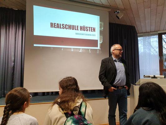 Begrüßung der Schüler zum Vorlesewettbewerb durch Konrektor Roger Kummer