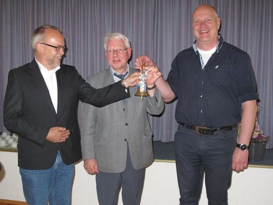 Roger Kummer und Rainer Kick verabschieden Schulleiter Dr. Kleine