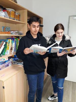 Arta und Thomas beim Haus Lebenshilfe
