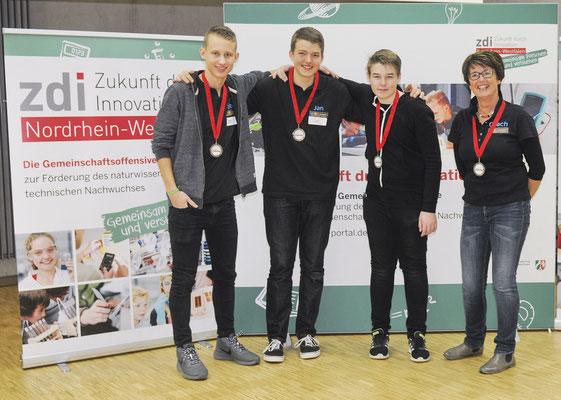 Die JaRo-Robots: Robin, Jan, Krischan und AG-Leiterin Petra Kapsch