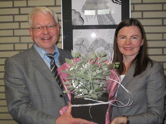 Katarina Zimmermann, 2009 Referendarin an unserer Schule und nun Konrektorin an der Grimme-Hauptschule, gratuliert zum 50-jährigen Bestehen dert Schule.