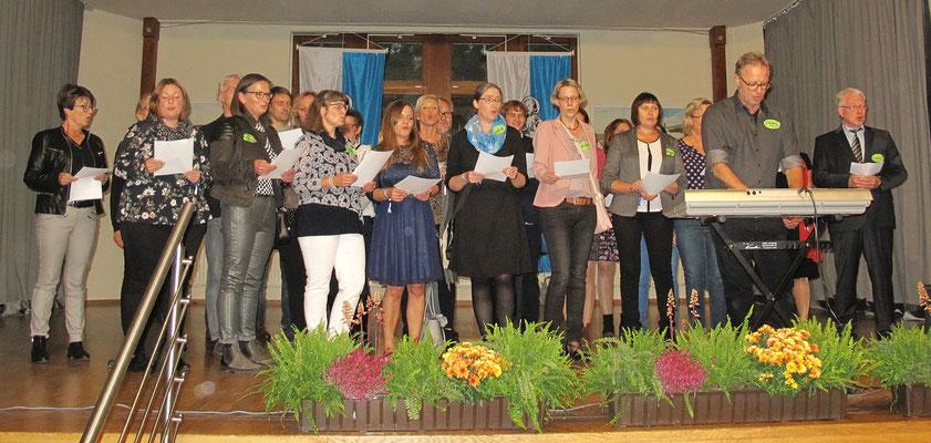 """Auftritt des Jubiläums-Lehrerchors unter Leitung von Jörg Decker mit der Hymne """"Unsre Schule"""""""