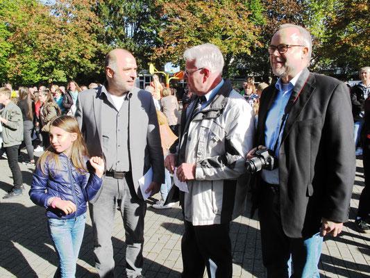 Bürgermeister Ralf Paul Bittner gratuliert Schulleiter und Konrektor zum Schuljubiläum.