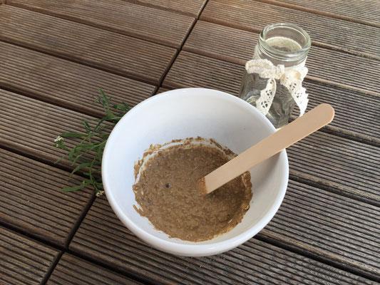 Wasser zugeben, bis eine nicht zu flüssige Paste entsteht
