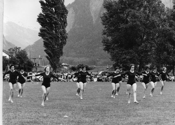 Der Damenturnverein Chur am Jubiläumsturntag des kant. Frauenturnverbandes GR, 7.6.1970