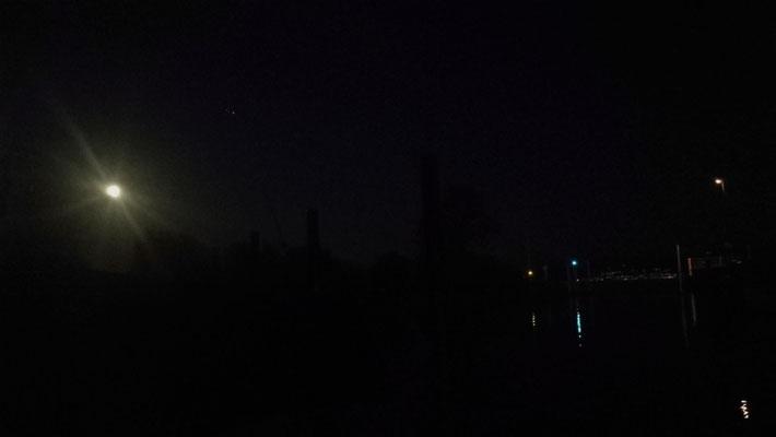 Mondschein über der Hafeneinfahrt