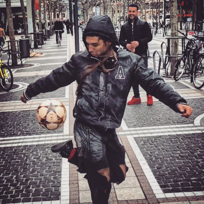 Fussball Freestyler zaubert als Obdachloser