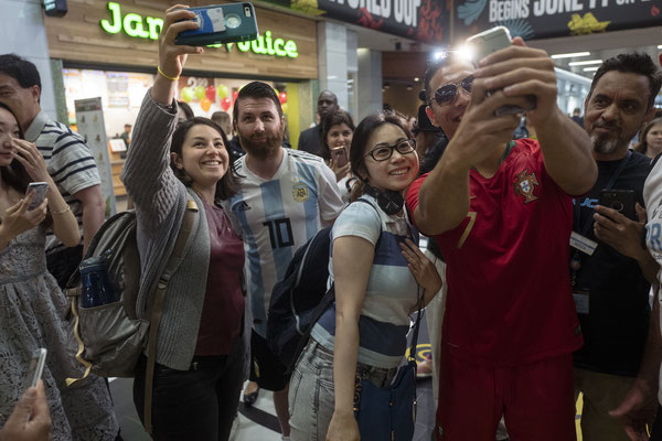 Selfie with Messi and Ronaldo Lookalike - Show