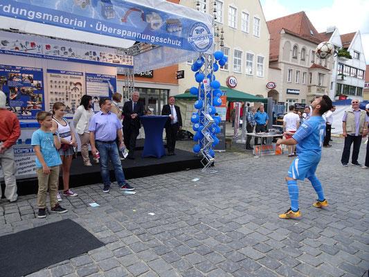 Fußball Freestyler für Roadshows in der Stadt