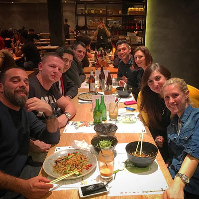 Nach einer Firmenfeier gemeinsam essen