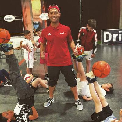 Ballkünster Saki und sein Showact Training