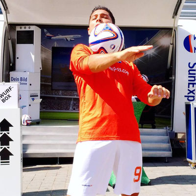 Fußball Künstler Saki für SunExpress