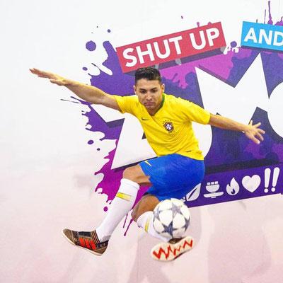 Saki Fotomodel Freestyle Fußball