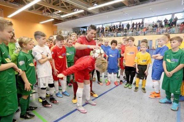 Fussball Freestyler trainiert Kinder bei Turnieren