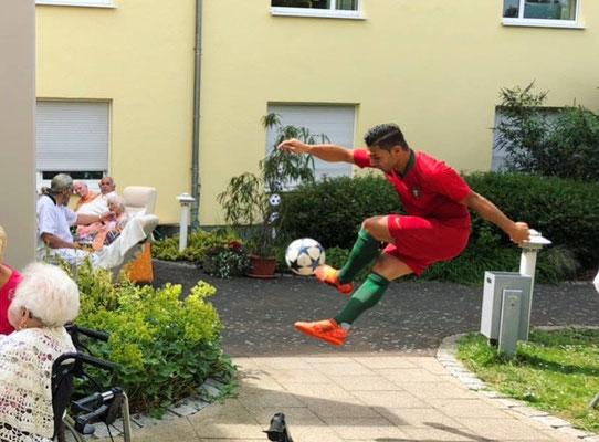Fußballkünstler Saki - Ronaldo Double bei ASB Wohnen und Pflegen