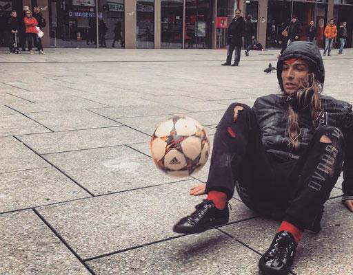 Fussball Freestyler PR Gags als Obdachloser
