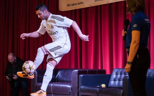 Fussball Freestyler tretet bei Sportlerehrungen auf