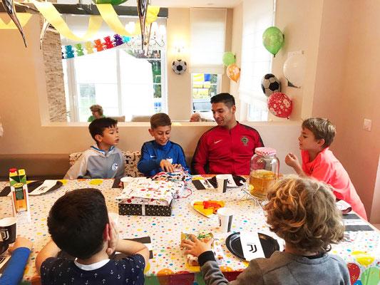 Geburtstagsfeier mit Kindern und Fußball Freestyler