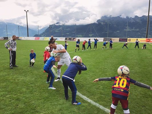 Fussball Freestyler trainiert Kinder