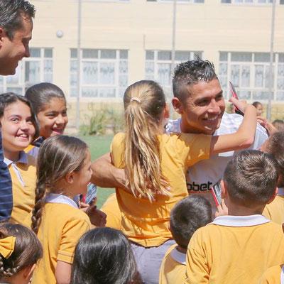 Fussball Freestyler macht Kindern bei Camps eine Freude