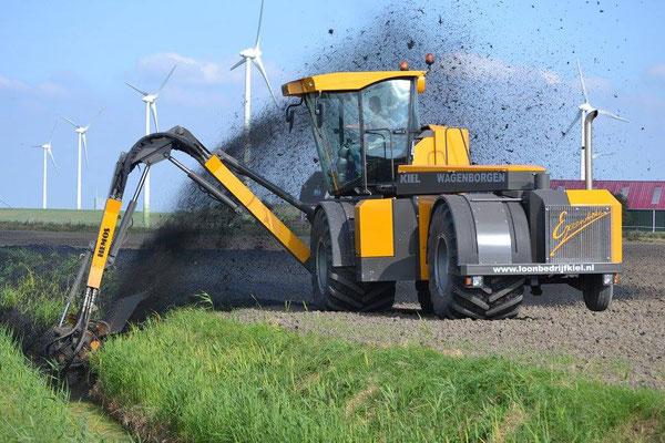 Hemos Excentrike zelfrijdende slootreiniger | Geleverd aan Loonbedrijf Kiel | Artikel Bouw Machines Januari 2015
