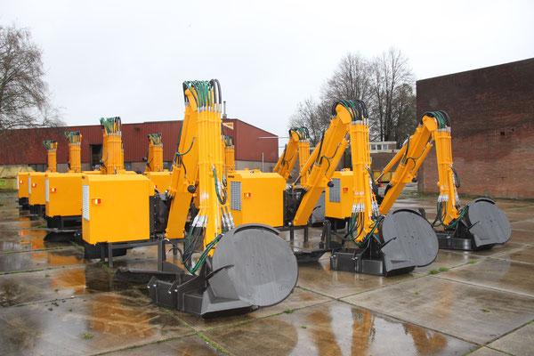 Hemos slootreinigers. 12 stuks hydraulische gieken type HKZ voor achter John Deere 6195R. Deze worden geleverd met 12 stuks slootreinigers type 1600V en 12 stuks slootreinigers 1600ST6, aan Kite, Hongarije. November 2015