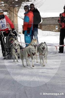 Salome mit motivierten Hunden im Zieleinlauf.