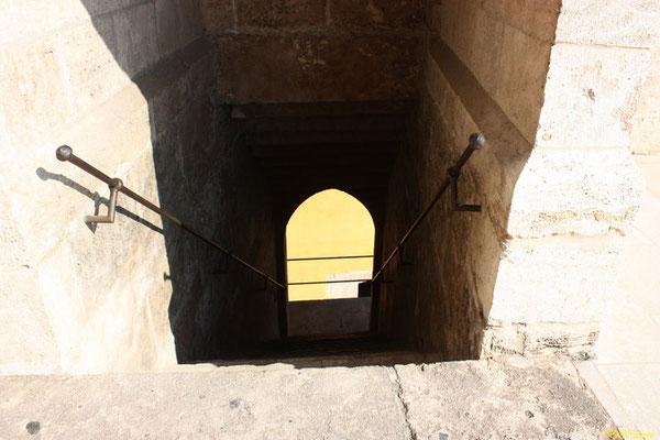 Bajando por las escaleras  desde las almenas  de las Torres de Quart en Valencia (Comunidad Valenciana).