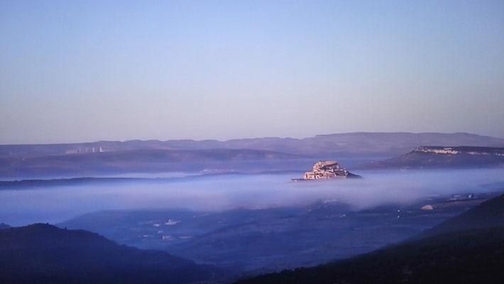 Una espectacular imágen del Castillo de Morella entre nubes (Castellón).