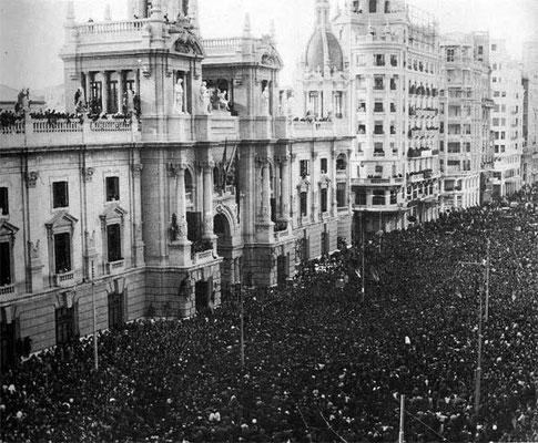 Proglamación de la republica en la Plaza del Ayuntamiento de València.