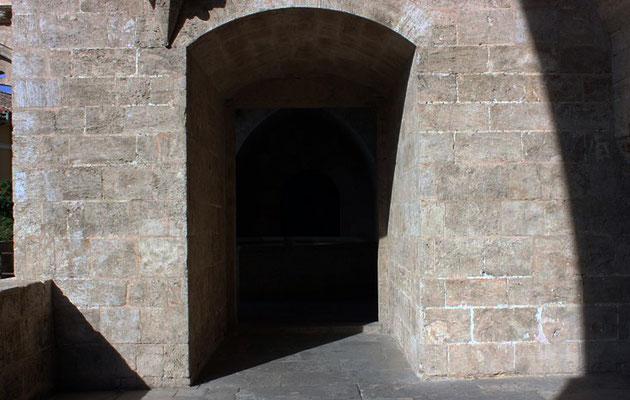 Para llegar a la parte mas alta de las Torres de Serranos de Valencia tenemos que para diversas estancias.