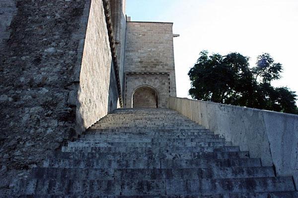 Las escaleras de entrada a las Torres de Serranos en Valencia.