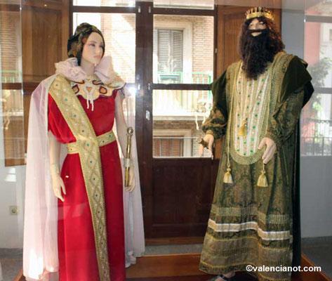 Una pareja de personajes vestidos de época del museo de las Rocas o del Corpus de Valencia.